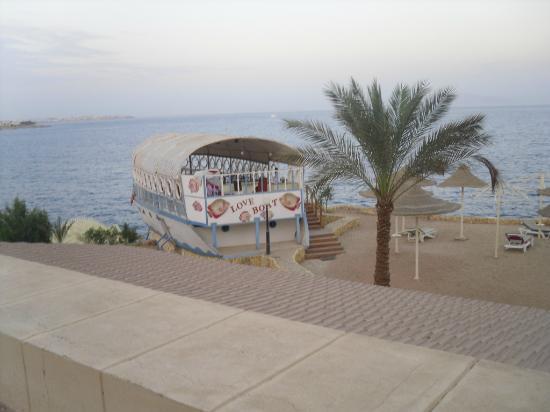 Dreams Beach Resort: The love boat
