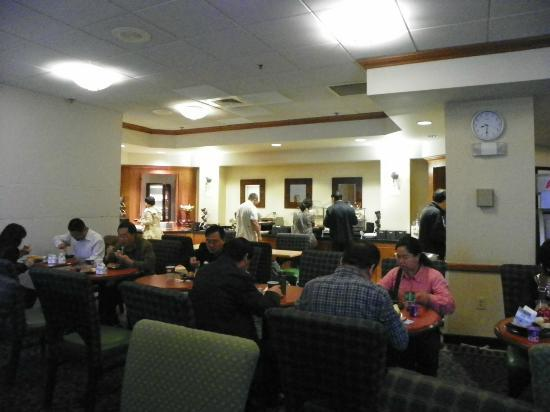 SpringHill Suites Newark Liberty International Airport: breakfast area gets full of people fast