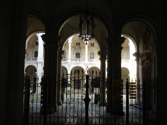 Piazzetta Consolata: ingresso di palazzo saluzzo