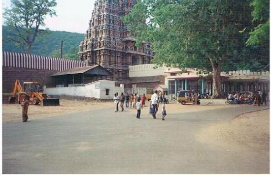 Madurai, Índia: a view of alagarkoil temple from the road leading to it