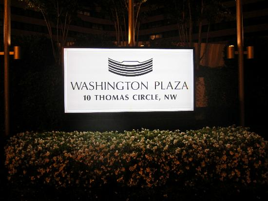 Washington Plaza: Entrance at Night