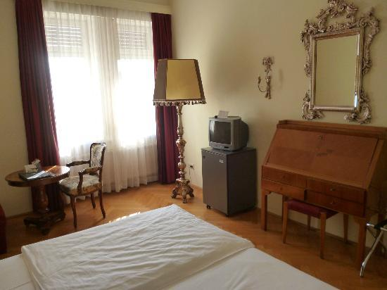 Hotel Regina: Another view of the bedroom