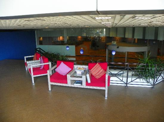 Ambassador Transit Hotel Terminal 1: chairs in the pool area