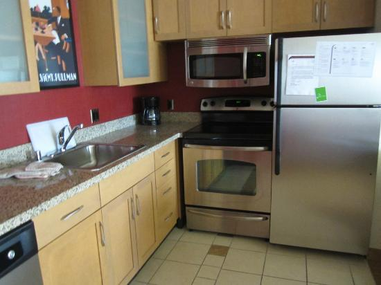 Residence Inn Albuquerque Airport: Kitchen - this hotel had a stove (most don't)