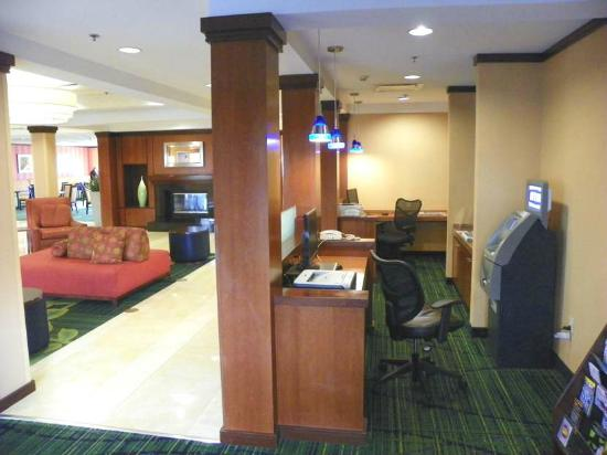 Fairfield Inn & Suites Newark Liberty International Airport: lobby area has computers to work with