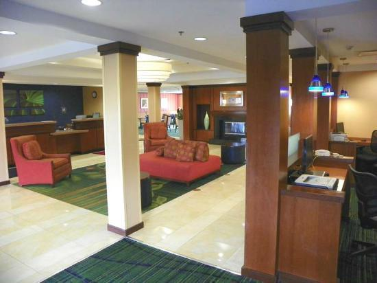 Fairfield Inn & Suites Newark Liberty International Airport: lobby area