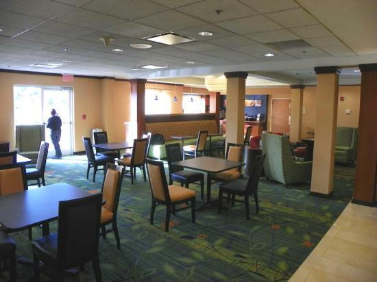 Fairfield Inn & Suites Newark Liberty International Airport: breakfast area