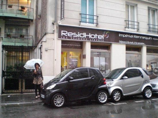 Residhotel Imperial Rennequin: 黒い車の後ろが、フロントと朝食が食べられる場所です。左の門の奥が宿泊エリアです