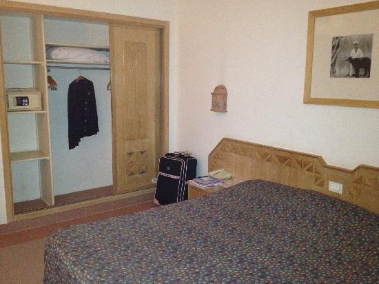 Camel Dive Club & Hotel: The huge wardrobe