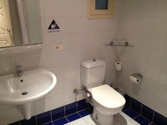 Camel Dive Club & Hotel: The big bathroom - with the very comfy toilet