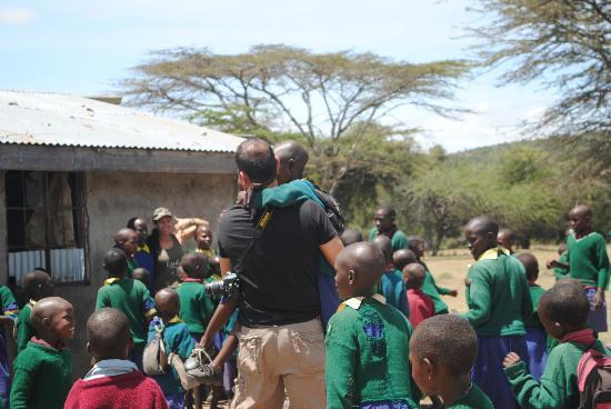 Enkewa Camp : La escuela de OSITETI. Increible el calor que te dan los niños!