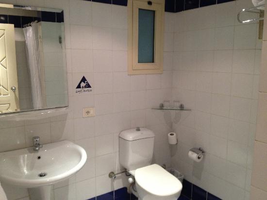 Camel Dive Club & Hotel: Bathroom
