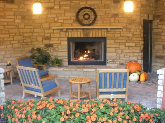 Hampton Inn Pigeon Forge: Outdoor fireplace by the back entrance