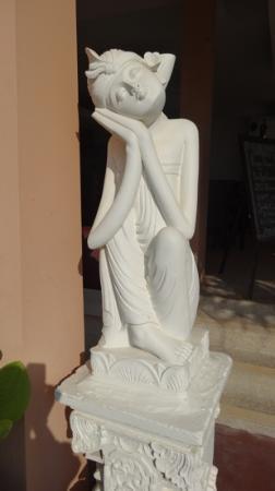 Legong Keraton Beach Hotel: statue at front