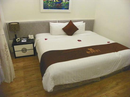 Hanoi Meracus Hotel 1: Deluxe Balcony bed is king size!