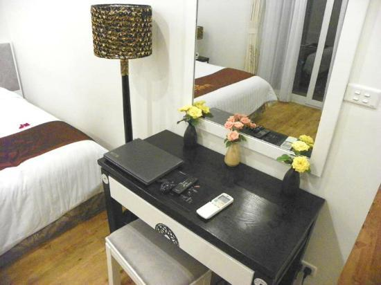 Hanoi Meracus Hotel 1: Deluxe Balcony Room laptop
