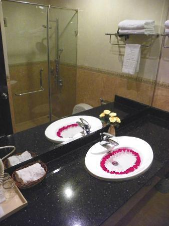 Hanoi Meracus Hotel 1: sink is full of beautiful flower petals