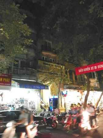 Hanoi Meracus Hotel 1: outside of hotel at night