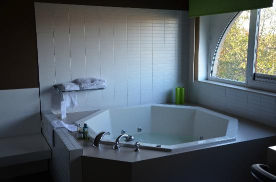 Hotel Ariane: Giant Bath
