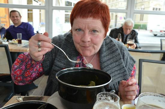 Old Tom Restaurant: Wife with pot of Mussels