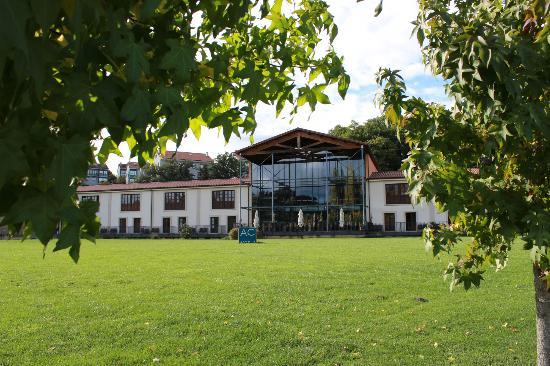Hotel Oca Vila de Allariz: Hotel y jardin