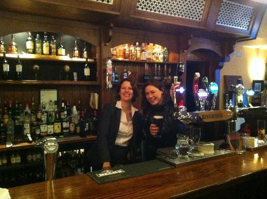 Riverside Hotel Killarney: Oonagh & Lisa in the Pub