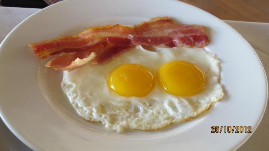 Navutu Dreams Resort & Wellness Retreat: breakfast eggs and bacon