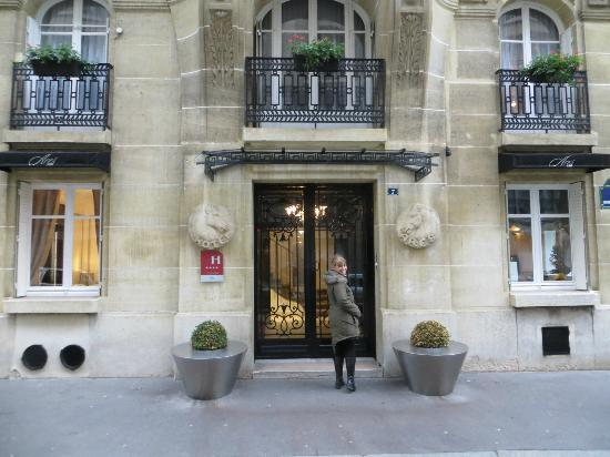 Hotel Ares Paris Outside