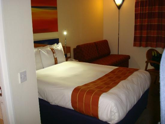 Holiday Inn Express Manchester - Salford Quays: Double bed and sofa.