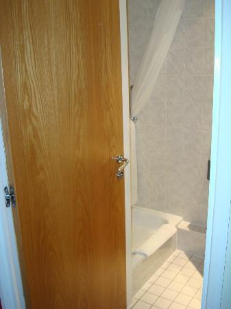Holiday Inn Express Manchester - Salford Quays: Bathroom/toilet door!