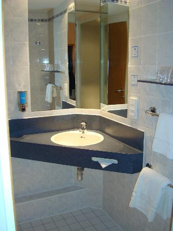 Holiday Inn Express Manchester - Salford Quays: Including the bathroom sink!