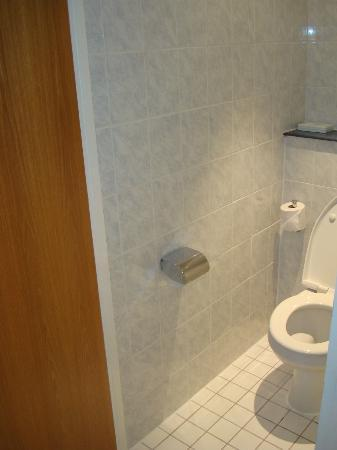 Holiday Inn Express Manchester - Salford Quays: Toilet that shared the bathroom door!