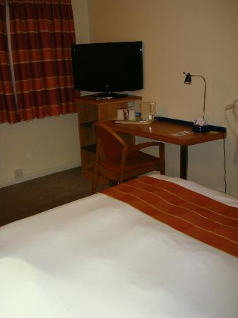 Holiday Inn Express Manchester - Salford Quays: TV and tea/coffee tray.