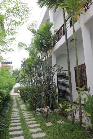 Apsara Centrepole Hotel: Garden adjacent to the ground floor rooms