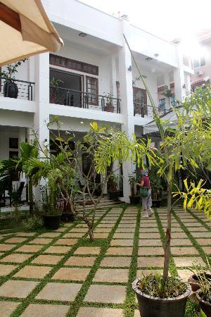 Apsara Centrepole Hotel: The garden at the entrance