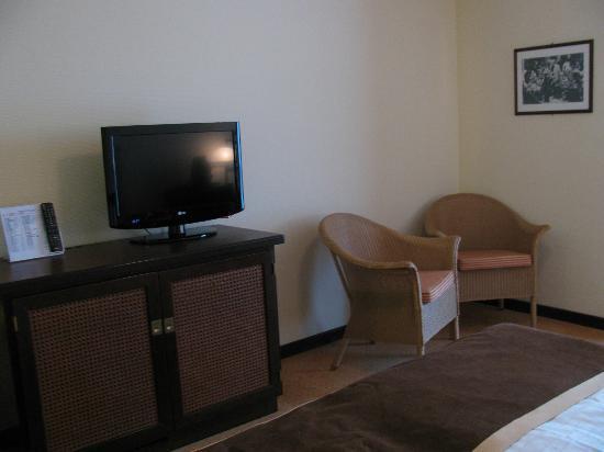 Steigenberger Hotel Sanssouci : TV & chairs