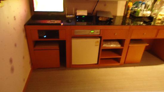 Manhattan Hotel: Computer and Mini Refrigerator
