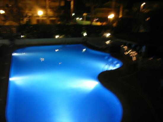 Hotel Villamarina Club: Pool at night