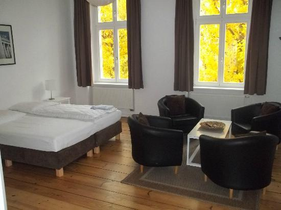 Old Town Apartments - Metzer Strasse: largest bedroom with lounge and tv area