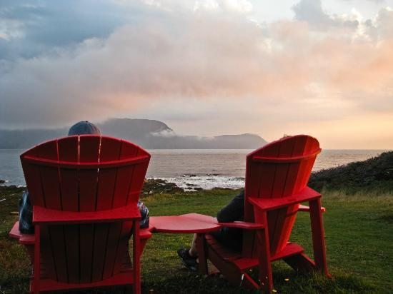 Lobster Cove Head Lighthouse: Chairs on the trail overlooking Rocky Harbour