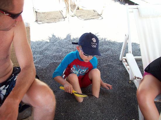 Perissa Beach: digging