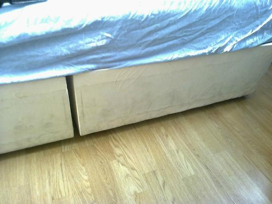 Nite Inn Bed & Breakfast: beds stained and not fitted together