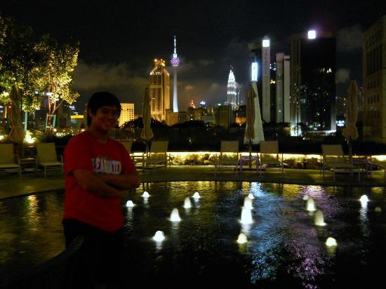 Ramada Plaza Dua Sentral Kuala Lumpur: Pretty night view from pool area