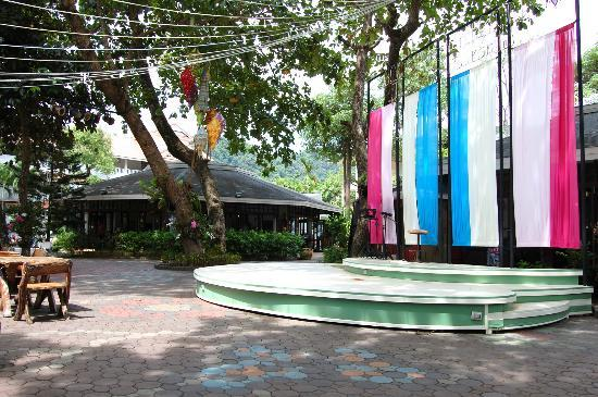Golden Beach Resort: Hotel grounds with entertainment stage
