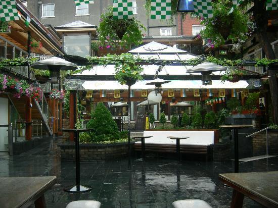 Russell Court Hotel: Der Innenhof (Disco) bei Tag