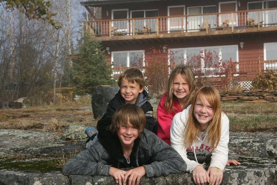 Cross River Lodge : Kids in front of the lodge