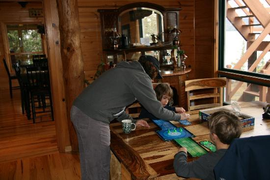 ‪‪Cross River Lodge‬: Playing games in the lodge