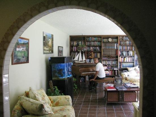 Spanish Villa Inn: Piano