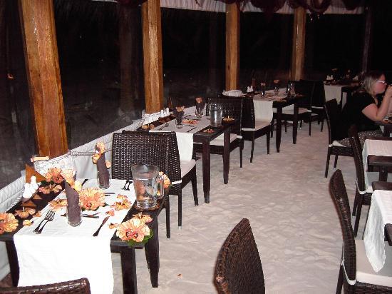 VOI Dhiggiri Resort : Ristorante con pavimento in sabbia