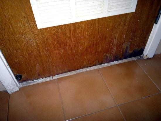 Copa Sul Hotel: Moist damaged bathroom door